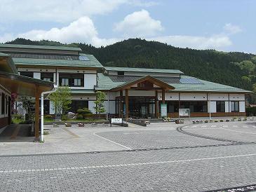 三和町商工会は正面玄関を入って右側です